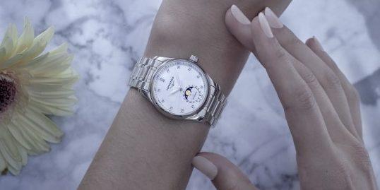 Η συλλογή The Longines Master Collection: η Σελήνη στον καρπό της Η κομψότητα, ο χαρακτήρας και η καθαρότητα είναι οι πυλώνες της συλλογής The Longines Master Collection, η οποία απευθύνεται σε εκείνους που αγαπούν το εξαιρετικό και προσφέρει ένα ευρύ φάσμα από αποκλειστικούς μηχανικούς μηχανισμούς: ώρες, λεπτά, δευτερόλεπτα και ημερομηνία, χρονογράφος, αυτονομία ενέργειας, παλίνδρομο και ετήσιο ημερολόγιο. Πάνω απ' όλα, η παρουσίαση των φάσεων της Σελήνης, που λανσαρίστηκε πριν δύο χρόνια στα αντρικά μοντέλα, αποτελεί το μεγάλο κατόρθωμα των νέων μοντέλων για το 2021. Το να χωρέσει  ένας τέτοιος complication μηχανισμός σε μία κάσα των 34 mm είναι μία μεγάλη πρόκληση, αλλά ικανοποιεί τις απαιτήσεις ενός γυναικείου κοινού πρόθυμου για τεχνικά χαρακτηριστικά αλλά φυσικά επιρρεπούς και στην κομψότητα. Με την επιλογή της σε λουράκια και κάσες, η συλλογή The Longines Master Collection ικανοποιεί πλήρως όλες τις επιθυμίες αυτής της γυναίκας…
