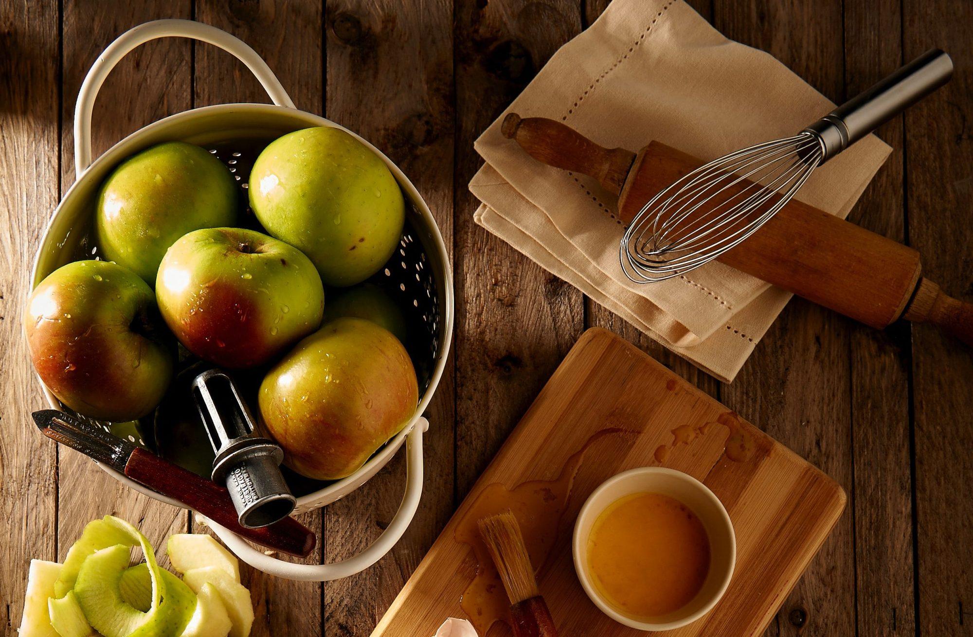 3 συνταγές με μήλα και καραμέλα για να μυρίσει το σπίτι φθινόπωρο Γλυκιά καραμέλα και ζουμερά μήλα συνθέτουν τη συνταγή της απόλυτης φινοπωρινής ευτυχίας.