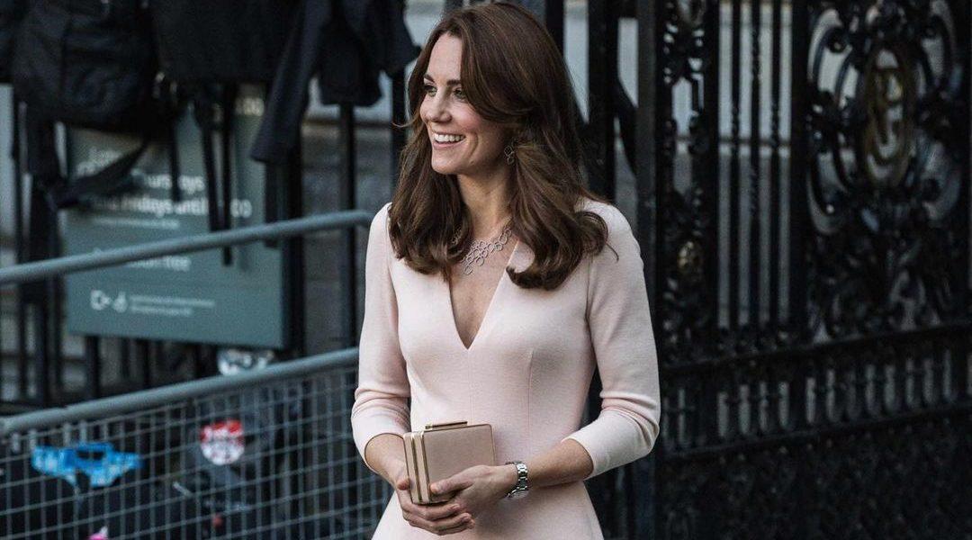 Kate Middleton: Μπορείς να αντιγράψεις το royal look της με μόλις 40€ H Kate Middleton τόλμησε το total red outfit και της ταιριάζει πολύ.