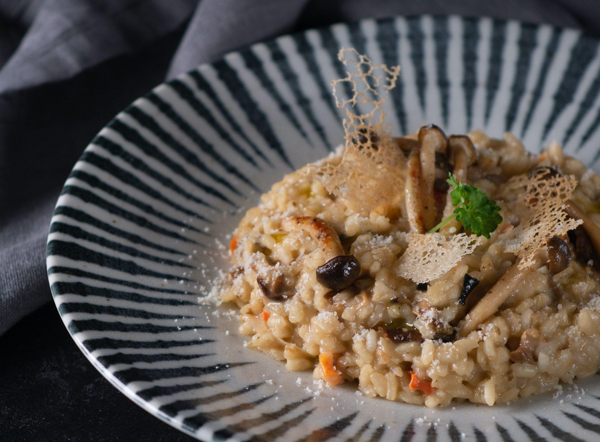 Σήμερα μαγειρεύουμε κριθαρότο με μανιτάρια. Τι καλύτερο; Ο σεφ, Πέτρος Συρίγος, μαγείρεψε το πιο λαχταριστό κριθαρότο με μανιτάρια που ξετρελαίνει μικρούς και μεγάλους.