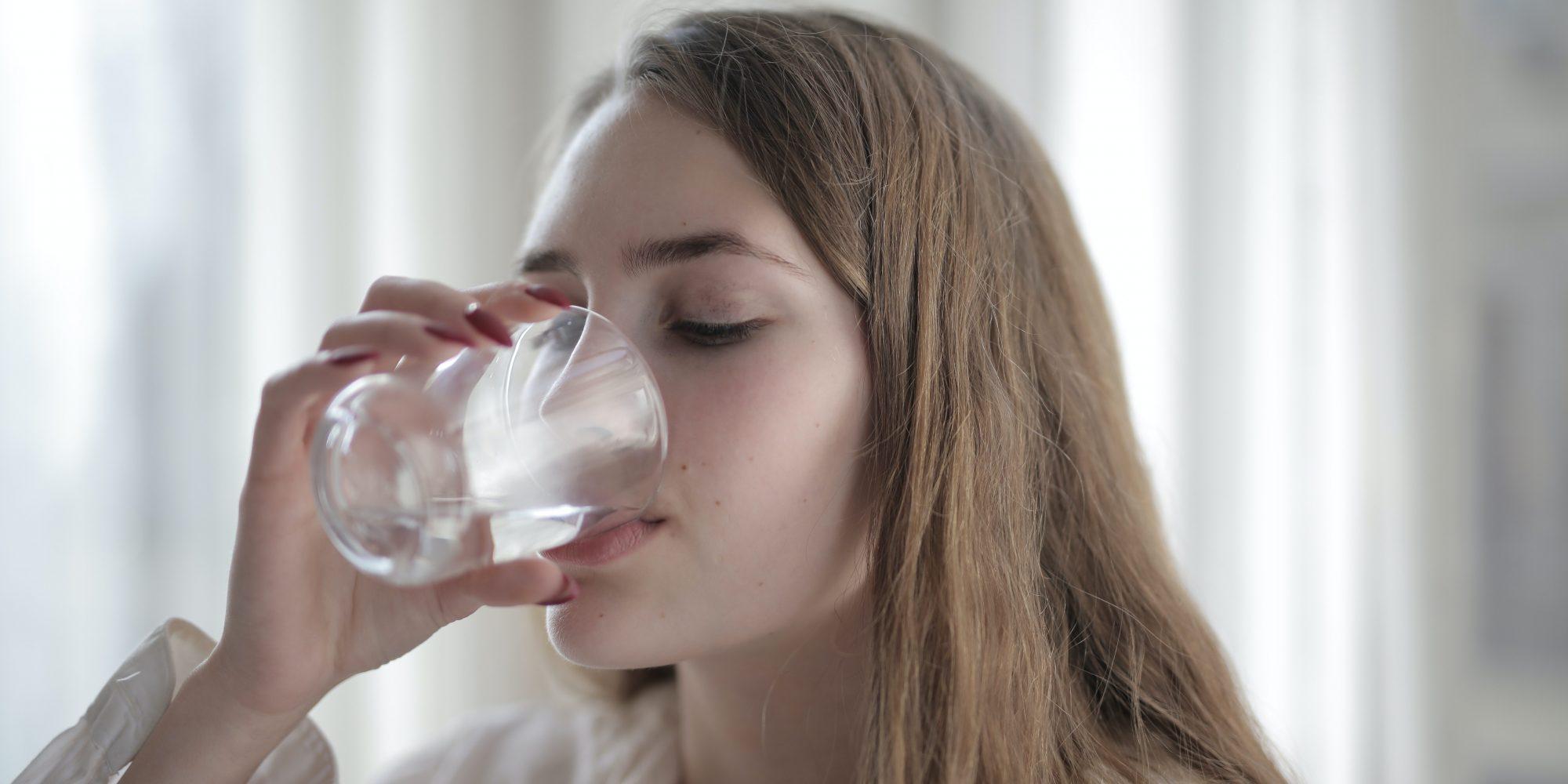 Πόσο νερό πρέπει να πίνεις κάθε μέρα; Το κόλπο για να το υπολογίσεις! Ξεχνάς να πιεις νερό, δεν ξέρεις πόσο πρέπει να πίνεις και πώς να πείσεις τον εαυτό σου να πίνει περισσότερο μέσα στην ημέρα. Δες εδώ όλα τα hacks και τα κόλπα που θα σε βοηθήσουν να καταναλώνεις περισσότερο H20!