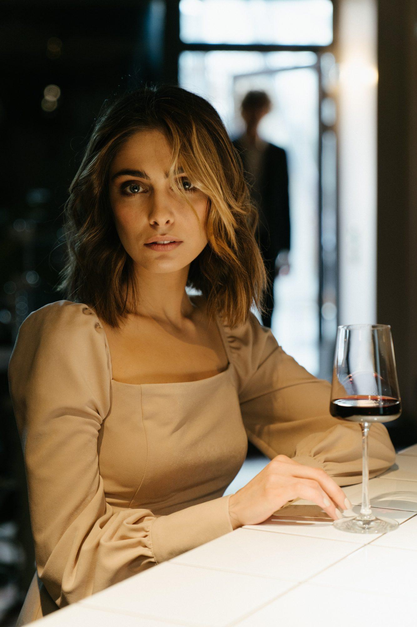 μόνη σε μπαρ
