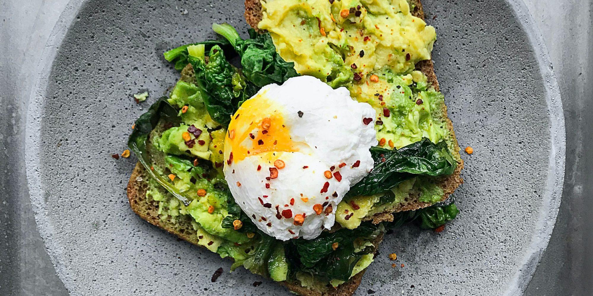 5 ιδέες για υγιεινό πρωινό για εσένα που βιάζεσαι να πας στο γραφείο Πολλές από αυτές χρειάζονται μόνο λίγα λεπτά για να προετοιμαστούν, άλλες μπορείς να της φτιάξεις από το προηγούμενο βράδυ, όλες όμως είναι νόστιμες και υγιεινές και θα σε βοηθήσουν να παραμείνεις συγκεντρωμένη και παραγωγική στη δουλειά.