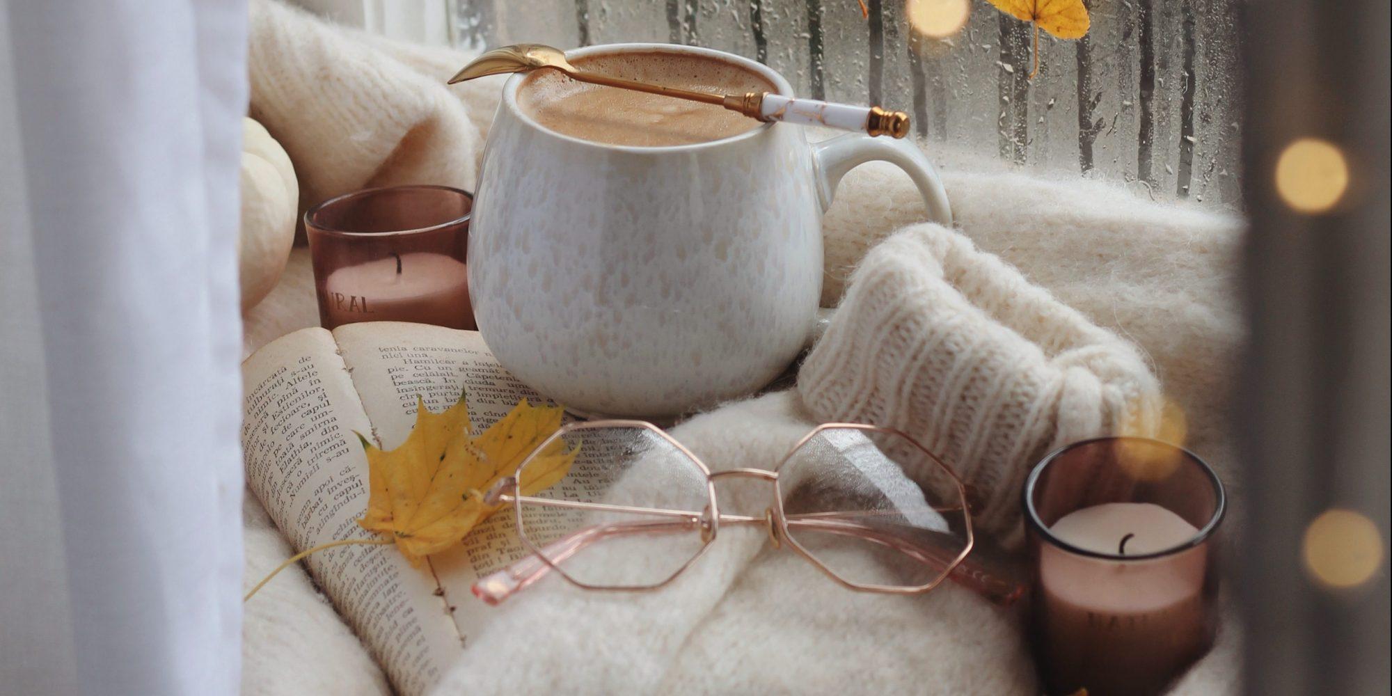 6 scented candles για να χαρίσεις στο σπίτι σου χουχουλιάρικη, φθινοπωρινή ατμόσφαιρα Oλοκλήρωστε το πιο cozy σκηνικό με ένα (και παραπάνω δεν κρίνουμε) αρωματικό κερί.