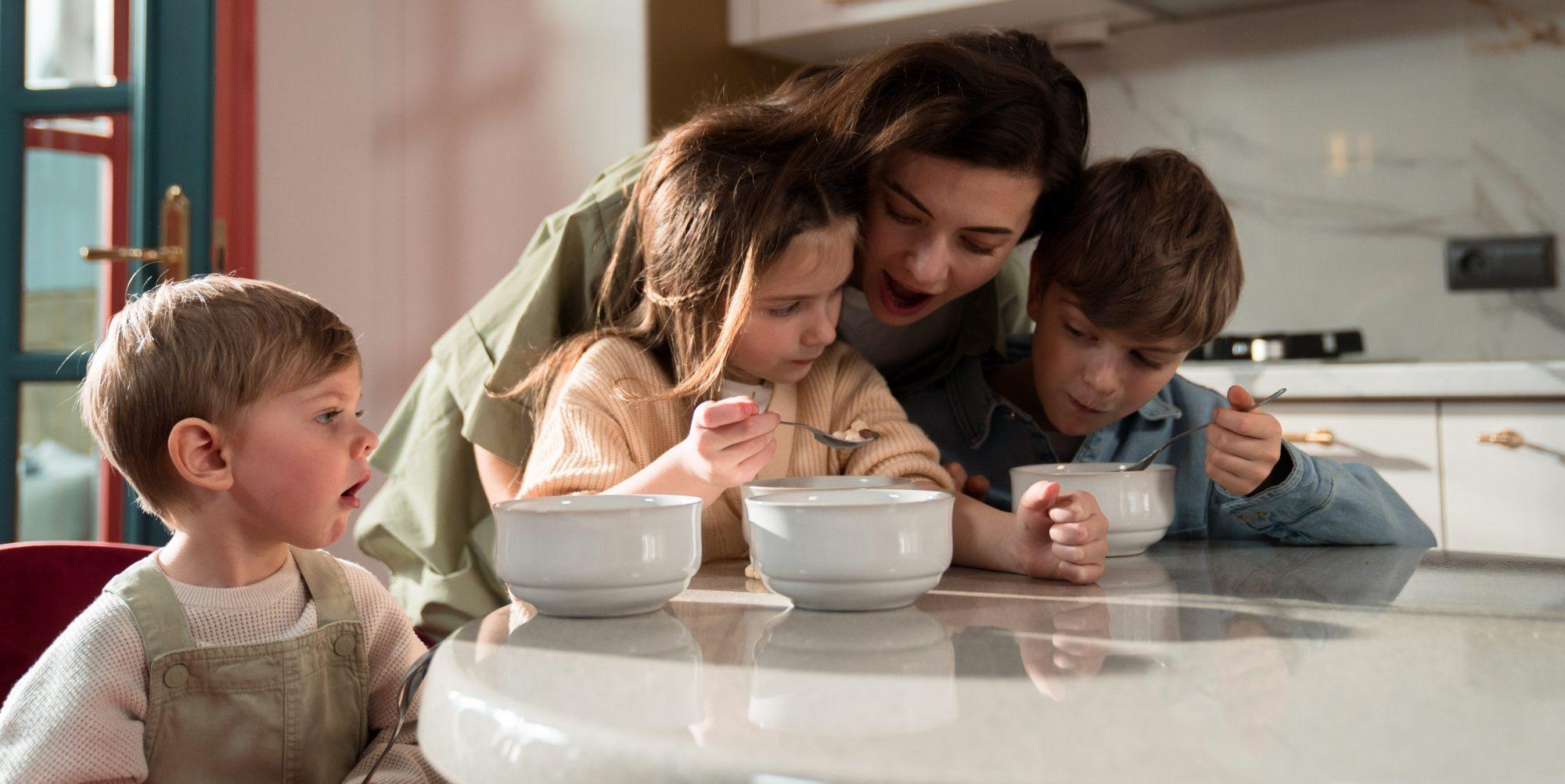 Είναι απολύτως OK αν δεν μπορεί να τρώει όλη η οικογένεια μαζί κάθε βράδυ Σε έναν κόσμο που οι εξωσχολικές δραστηριότητες και οι δουλειές τελειώνουν το βράδυ, το ότι η οικογένεια πρέπει να τρώει κάθε μέρα μαζί είναι αγχωτικό.